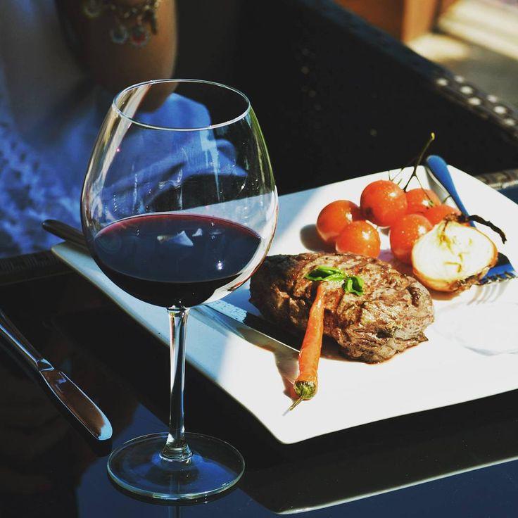 Обед в ресторане #Voyager -это солнечная летняя терраса, приятная обстановка и конечно же свежие продукты, а шеф-повар приготовит ваш заказ на открытом гриле прямо на ваших глазах. #foodshow #foodphotography  #grilledmeat #grilledvegetables #grillmenu #restaurant #summerterace #sunday #hotelOvis #wine #lunchtime