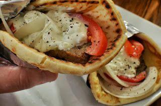 Street Food, Cuisine du Monde: Recette de pita aux boulettes d'agneau, sauce yaou...