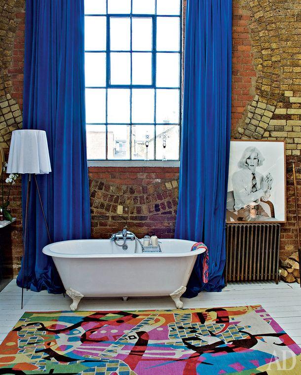Викторианская ванна досталась Хуану Карлосу иКрису от прежних хозяев. Ковер по дизайну Энни Филлипс. Торшер, Flos.