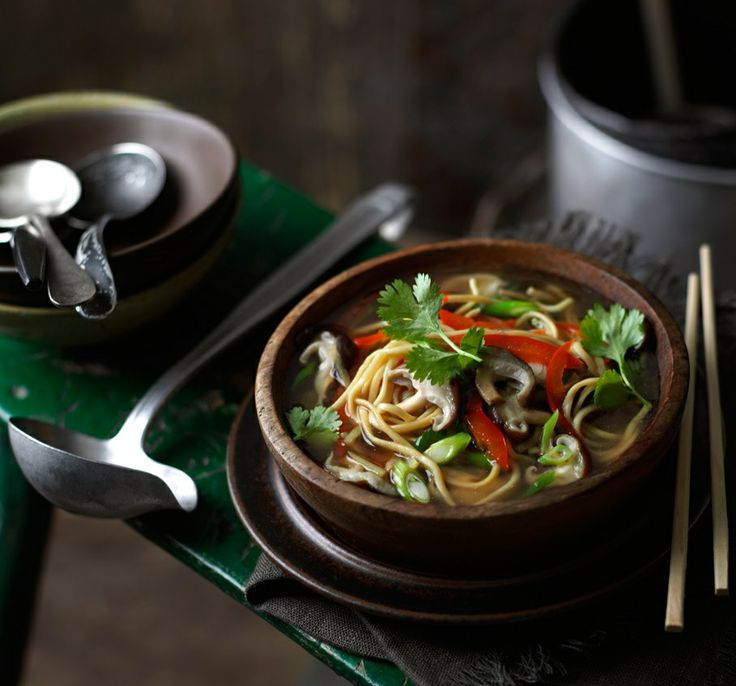 Azjatycka zupa z makaronem i grzybami shiitake
