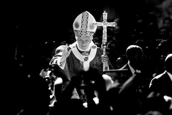 http://100mm.it/2013/03/13/fotoreporter-in-vaticano-evandro-inetti-intervista/