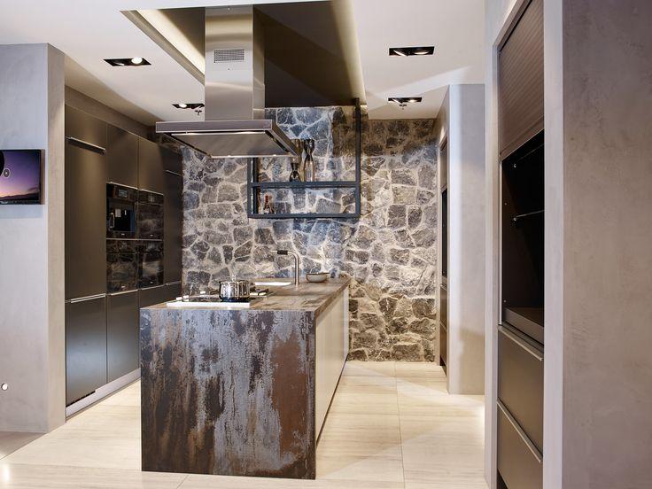 Voorzien van de nieuwste, zwarte keukenapparatuur van Miele staat een prachtige keuken in onze showroom. Deze Next125 by Tieleman is een echte aanrader. Kom jij langs om deze keuken te bekijken?