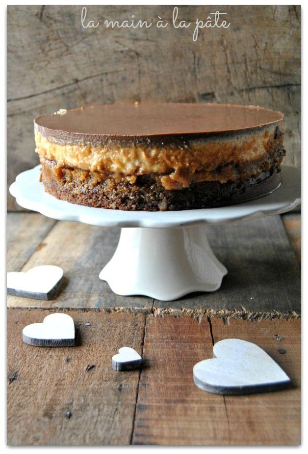 Entremets fait d'une couche de brownies aux noix de cajou, d'une mousse au caramel cuite, de gavottes au chocolat émiettées, d'une couche de mousse au caramel et au mascarpone et d'un glaçage au chocolat/