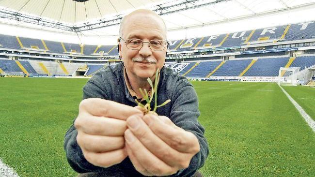 Rasen-Pabst Rainer Ernst hat schon auf der ganzen Welt Rasen-Plätze angelegt