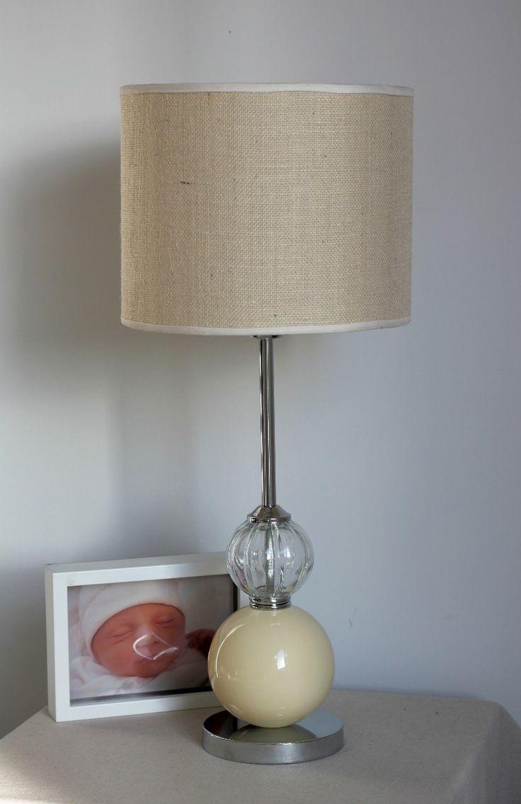 lámpara de mesa con esfera de cerámica