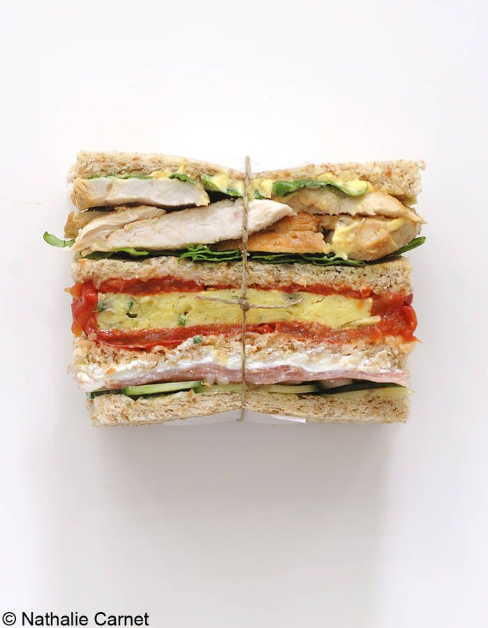Sandwichs à étages Battez une omelette (4 œufs + ciboulette ciselée + noix muscade râpée + sel et poivre) et faites-la cuire dans 1 c. à s. d'huile d'olive. Coupez-la en quatre. Faites dorer deux blancs de poulet émincés dans 1 c. à s. d'huile d'olive...