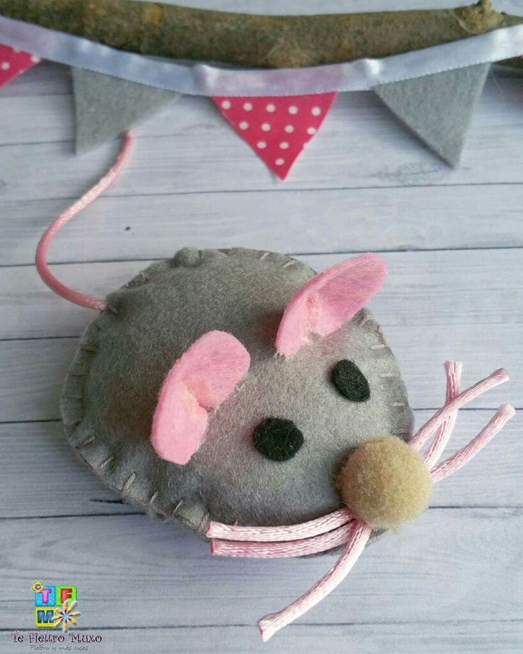 Juguete para gato de raton. Realizado en fieltro cosido y relleno de guata. Mide 8 cm ... 4€.. mas informacion en tefieltromuxo@gmail.com