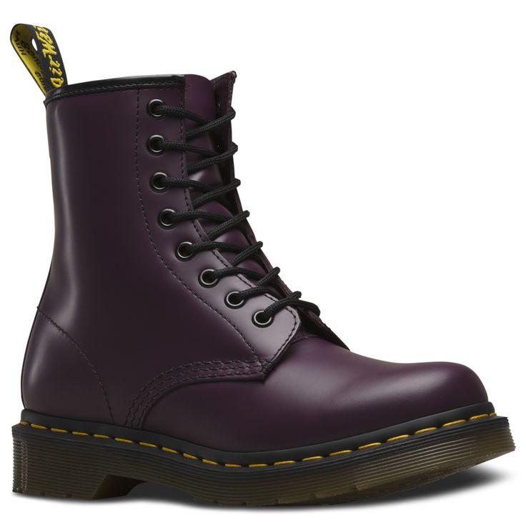 Nos bottes et nos chaussures sont devenues des icônes, mondialement reconnues pour leur beauté indéfectible, leur résistance et leur confort. Ces modèles incarnent les valeurs véritables et uniques de Dr. Martens. 1460 à 8œillets pour femmes Résistant et au fini lisse, Smooth est le cuir classique de Dr. Martens Semelle à coussin d'air Dr. Martens, résistante à l'huile et à la graisse, anti-usure et antidérapante Fabriquées avec le cousu Goodyear, la tige et la semelle sont thermocollées…