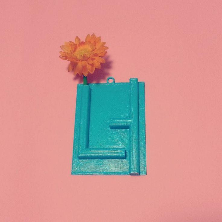너는 꽃 담담하게 말을 전달하는 너는 꽃.  색을 하늘색으로 추가했습니다 칙칙한 검은색보다 훨씬 발랄한 하늘색이며 사용할 때 좀 더  기분좋게 꽃이 될 수 있습니다.  한글로 만드는 디자인선물용품 흐흐 였습니다 위 제품은 빠른 시일내에 온라인이나 오프라인에 입점시키려  노력해보려 합니다 ㅎㅎ 더욱 활발히 만들어나가겠습니다!  #한글 #한글디자인 #한글디자이너 #한글소품 #한글벽걸이 #너 #꽃 #벽걸이 #디자인소품 #인테리어 #꽃꽂이 #아이디어 #흐흐 #너는꽃 #hangeul #hangul #hangeuldesign #you #flower #3dprinting #3d프린팅 #interior #designproduct #unique #cool by yeoki.da