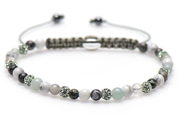 Karma Armband 'Spiral Passion For Lime' XXS 84183. Trendy en sprankelende KARMA armband met een lengte van 17-19 cm. De kralen in wit- en groentinten zijn gemaakt van precosia kristallen en natuursteen. De kralen zijn handgeregen op een textiel, met het eenvoudige schuifsysteem kunt u de lengte naar wens aanpassen.