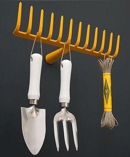 Harvest hanger // http://tuinieren.nl/tuinnieuws/producten/hark-hanger.html#