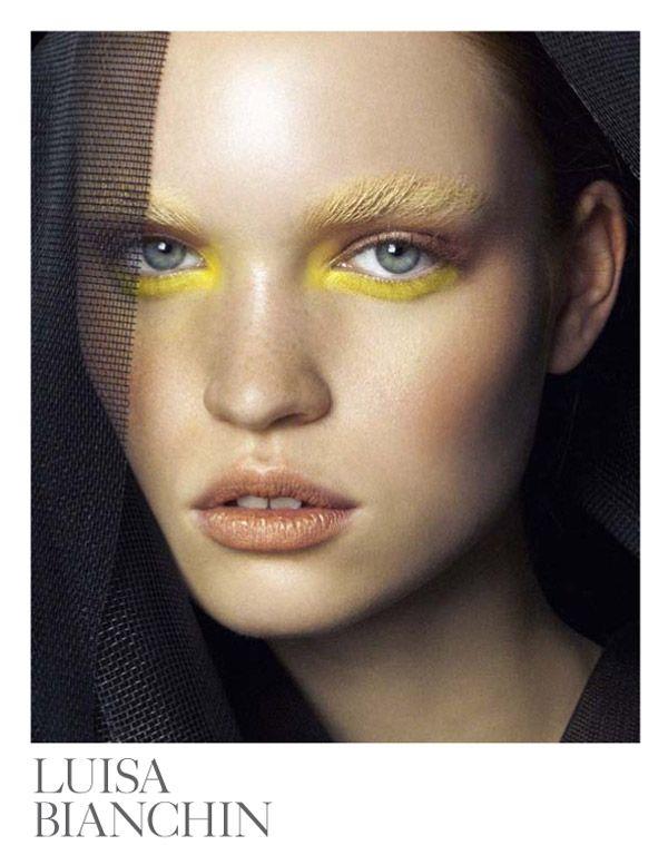 Amarillo y por debajo de las pestañas inferiores