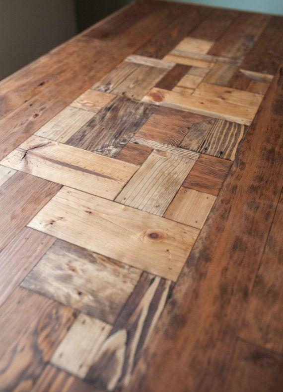 Une table de salle à manger robuste en bois issus d'une palette. A caractère incroyable et patine. Montre la vie rude, il a probablement eu, mais transformé pour en faire pour une belle pièce maîtresse pour votre salle à manger. Toutes les surfaces poncé et poli, agréable et lisse au toucher, mais pas trop pour enlever l'histoire du bois. Les jambes sont massive tube de métal rectangulaire, ajoutant à la sensation agréable et solide de ce tableau.  Dimensions - 67 «L x 30» W x 30 «T…