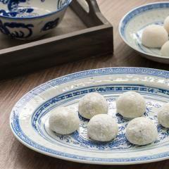 Das aktuelle Lieblingsdessert aller Influencer und Blogger? Mochi-Eis! Wir zeigen dir, wie du die kleinen, mit Matcha-Eis gefüllten Reiskuchen zuhause selber machen kannst. Achtung: Suchtpotential!