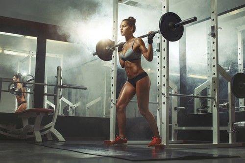 Brauchen Frauen Krafttraining? Das Fitnessmodel-Geheimnis: Warum schlanke Frauen mit schweren Gewichten trainieren. Effektives Krafttraining für Frauen.