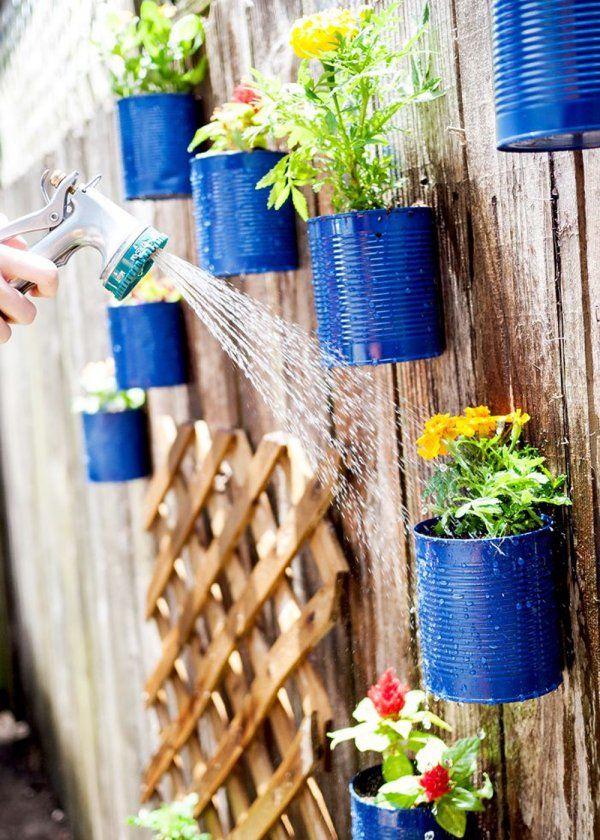 <p>Mettre de la couleur dans son jardin, ça peut passer par de simples détails. La preuve avec ces pots de fleurs suspendus peints en bleu indigo. Ces derniers sauront réveiller...