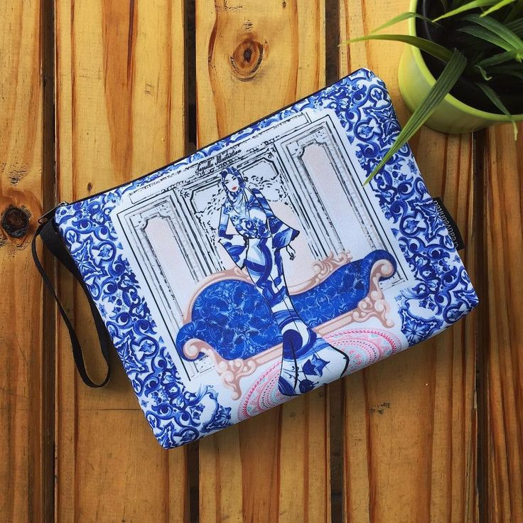 "Pouch bag ""SAZRELLA ROYAL'S"" oleh @sazrella.illustration di Creative United. Dapatkan pouch bag yang unik dan eksklusif ini hanya di:  http://ift.tt/28YDz9d  Pouch bag bersaiz 10""x7.5"" ini sesuai untuk membawa aksesori makeup tablet mini alat tulis dan lain-lain aksesori harian anda.  Pembelian secara online yang selamat dan cepat menggunakan IPAY untuk bayaran terus dari akaun bank anda PayPal dan Cash Deposit. Dapatkannya sekarang!  #creativeunited #creativeunitedmy #pouchbag #love…"
