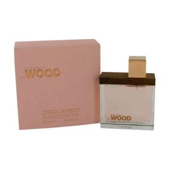 De geur She Wood is opgebouwd uit, zoals de naam al doet vermoeden, hout. De geur is zeker geen standaard vrouwengeurtje, en kan zelfs een uniseks geur genoemd worden, en is stiekem ontworpen voor vrouwen die ook weleens het geurtje van hun man opspuiten, zonder zich daar voor te hoeven schamen.De geur bevat limoen, jasmijn, violen, muskus, cederhout en amber.