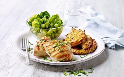 Røsti med grøn salat og grillet kylling