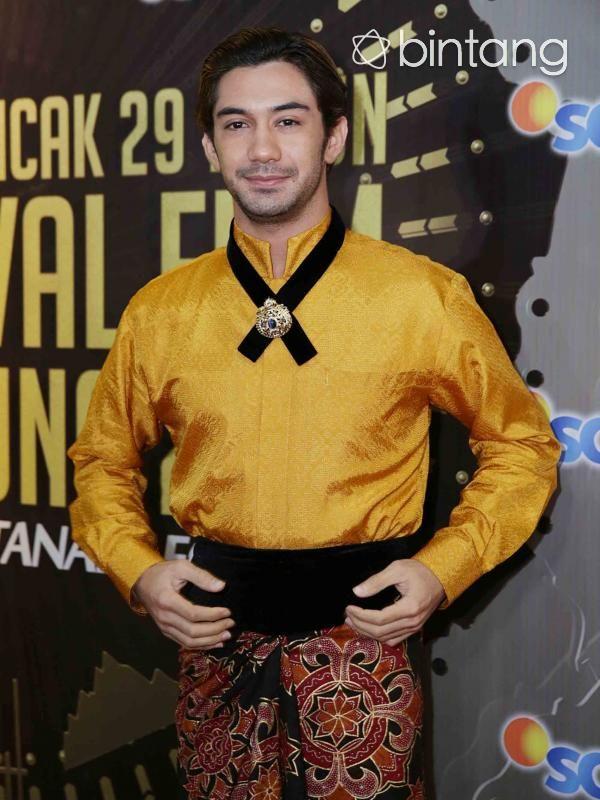 Ketiga kalinya Reza Rahadian meraih kemenangan di ajang Festival Film Bandung (FFB). Peran sebagai bos pelit dalam film My Stupid Boss mengantarkannya kembali mengondol piala FFB 2016. Peran Reza Rahadian sebagai bos yang menyebalkan dan pelit, dalam film My Stupid Boss menjadikannya menyabet sebagai Pemeran Pria Utama Terpuji di FFB 2016. (Deki Prayoga/Bintang.com)