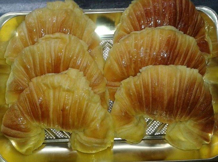 Ces croissants de pâte brioche, ont une texture molle, avec saveur au beurre. Sont super délicieux, essayez de faire cette délicieuse recette.