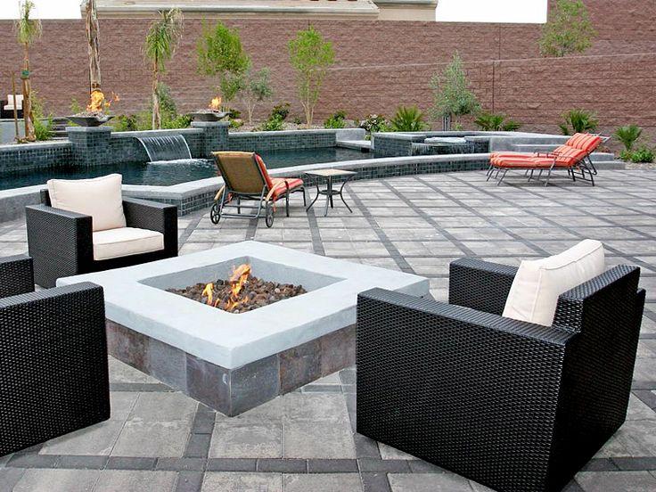 В непосредственной близости от бассейна в форме полумесяца открытый камин, кресла и шезлонги создают просторное патио для отдыха и вечеринок.