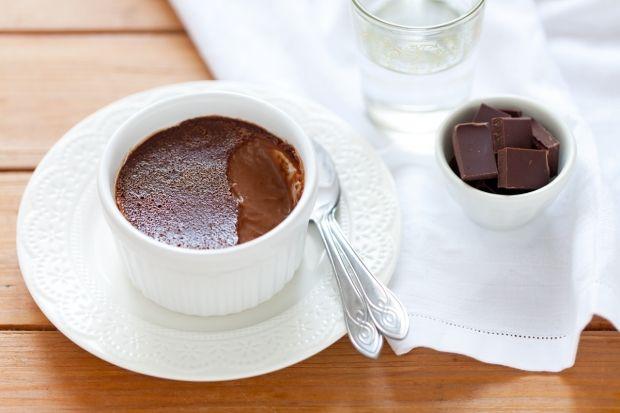 Budino al cioccolato e zenzeroINGREDIENTI 500 ml di panna fresca 250 ml di latte intero 5-6 cm di zenzero fresco 150 g di cioccolato fondente 2 uova 3 tuorli 110 g di zucchero semolato
