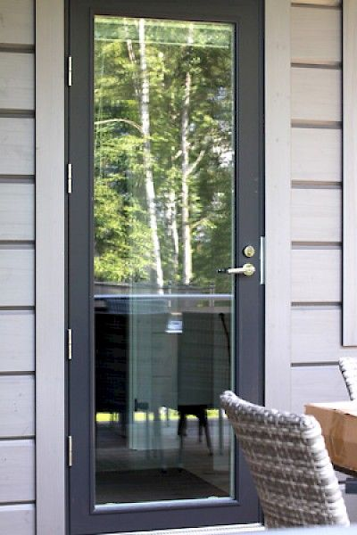 Valmistamme maalattuja hdf-levypintaisia ja puisia ulko-ovia sekä alumiinipintaisia parvekeovia.