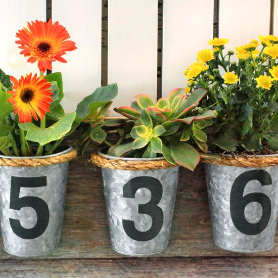 Forget the usual tiles or numbers! Make a house number planter with tin buckets and spring flowers. - Everyday Dishes & DIY