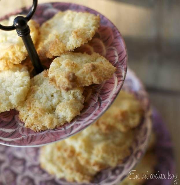 Las galletas de coco son fáciles de hacer y de un sabor suave y algo tostado. Crocantes y deliciosas, una receta de familia.