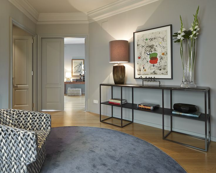 Molins Interiors // arquitectura interior - interiorismo - decoración - entrada - recibidor - vestíbulo - cónsola - alfombra - butaca - iluminación - complementos