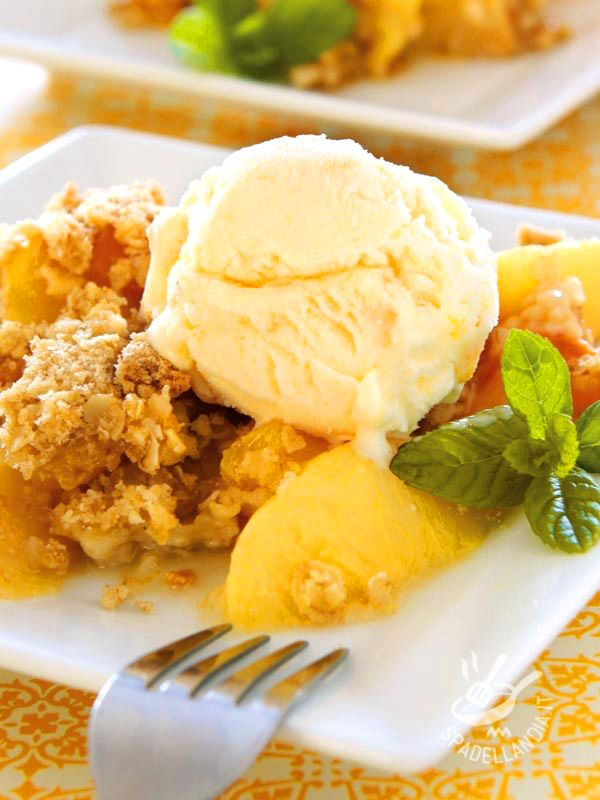 Il Capriccio di pesche con crumble è un dessert di frutta che porta in tavola la freschezza e le vitamine! Accompagnatelo con del gelato alla crema.