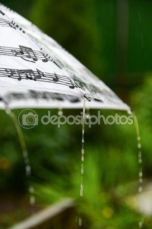 Человек под зонтиком во время дождя от спины — Стоковое фото © kulkann #116846106