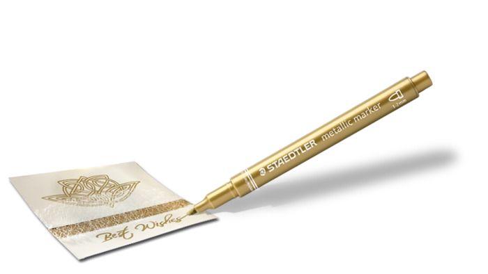 Dekormarker STAEDTLER metálarany  Metál színű markerfilc, mely teljesen fedi a felületet. íráshoz, dekoráláshoz  használható világos és sötét színű papíron, kartonon, íráshoz, dekoráláshoz. Ideális albumok és üdvözlőkártyák készítéséhez. Sima felületekről, pl. üvegről, tükörről nedves ruhával könnyen eltávolítható.  Kúpos, írásvastagság: 1-2 mm
