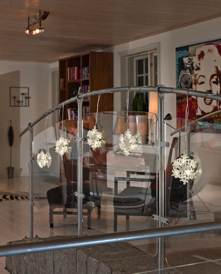 LED slynge med 30 varmhvite lys som passer til innendørs bruk fra Konstsmide. Slyngen har 5 vakre snøfnugg som vakkert vil lyse opp hjemmet i vintersesongen. Dander den på gelenderet, i vinduet eller rundt plantene.