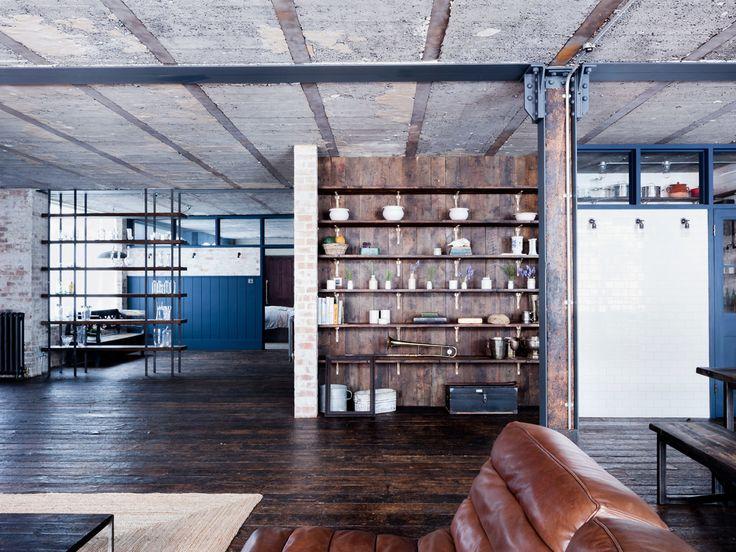 Встроенные полки в гостиной и большие площади. Традиционно для лофтов гостиная, столовая и кухня образуют общее пространство.  (индустриальный,лофт,винтаж,стиль лофт,индустриальный стиль,интерьер,дизайн интерьера,мебель,архитектура,дизайн,экстерьер,квартиры,апартаменты,гостиная,дизайн гостиной,интерьер гостиной,мебель для гостиной,фото гостиной,идеи гостиной) .