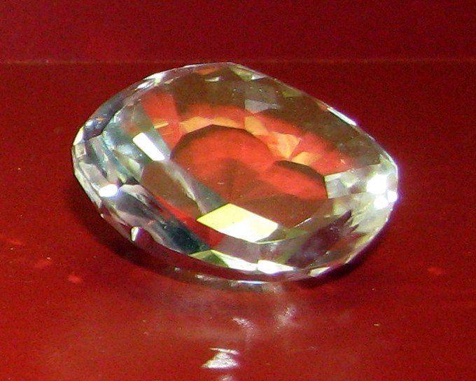 """""""Il Koh-i-Noor """"montagna di luce"""" diamante da 105 carati (21,6 g) è stato per molto tempo il più grande diamante conosciuto al Mondo.Originario delle miniere diamantifere in India, appartenne a sovrani indiani e persiani e alla regina Vittoria imperatrice d'India nel 1877"""".  Si ritiene che porti molta sfortuna, addirittura la morte a qualunque maschio osi indossarlo e possederlo ma fortuna alle donne che lo possiedono. L'ultima ad averlo indossato è stata Elizabeth Bowes - Lyon""""."""