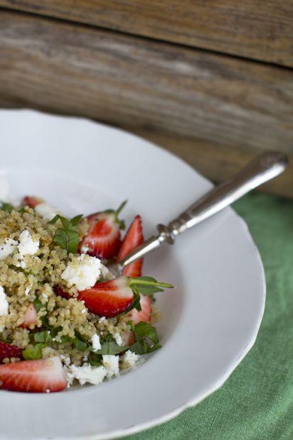 Festive quinoa & goat cheese salad topped with strawberries. http://www.jotainmaukasta.fi/2014/04/28/vappuruokia/