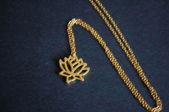 Se trata de un collar vintage hecho a mano de calidad hermosa con un encanto de flor de lirio dorado. La cadena sí mismo es dorado y mide aproximadamente 18. Sería un hermoso regalo para amigos y familiares o incluso un regalo a ti mismo!  Todos joyas de diseños de Penny negro y será el regalo en una organza regalo bolsa-gratuitamente