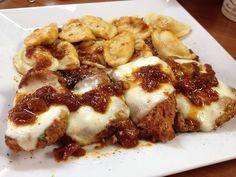Χοιρινά φιλετάκια με σάλτσα και μοτσαρέλα