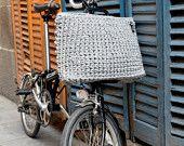 Cesta L. Cesta para bicicletas Brompton. Tejida a crochet con trapillo.
