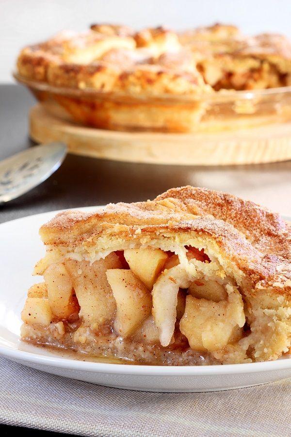 Λαχταριστή μηλόπιτα, με πλούσια γέμιση και τριφτή ζύμη που φτιάχνετε εύκολα με αλεύρι για όλες τις χρήσεις ΓΙΩΤΗΣ. Συνοδεύετε ιδανικά με δροσερή λεμονάδα ή τσάι.