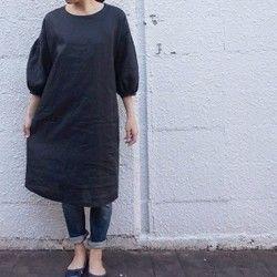 昭和にかけて作られたと思われる紬の着物を丁寧にほどき、洗い、シンプルな7分袖ワンピースを作りました。紬特有の張り感と軽さがある春のワンピースができました。着ると張り感のおかげで体と布の間にほどよい空間があるので、体のラインが響きにくいきれいなAラインシルエットを作りだします。一枚で着る場合は汚れや透け防止のためにアンダードレスの着用をおすすめします。春色のストール首元に巻いても○。袖口にアキがあるのでロールアップして手首を見せてもかわいいと思います。素材は絹で、オールシーズン可。重ね着をして秋冬にも。絹はお洗濯が難しいので、一枚で着るときはキャミソールやペチコートの着用おすすめいたします。デニムを重ね着をしてもOK、ペタンこシューズでも、素敵です。サイズ(cm)バスト 92着丈 91肩幅 39・5 製作日記ブログ WALTZ「三拍子だより」随時更新中です!http://waltzclothes.hatenablog.com/こちらもどうぞ