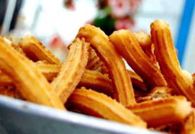 condividi Pinterest0 Twitter0 Facebook0 LinkedIn0 Stampa Google + I churros è un dolce tipico della cucina spagnola. Si tratta di una pastella fritta spolverizzata di zucchero. In genere viene consumata come spuntino per tutto il periodo dell'anno,si trovano facilmente nei bar,e nelle pasticcerie. Ma anche nelle bancarelle lungo le vie principali, nelle piazze e nei mercati. Sono immancabili durante la …