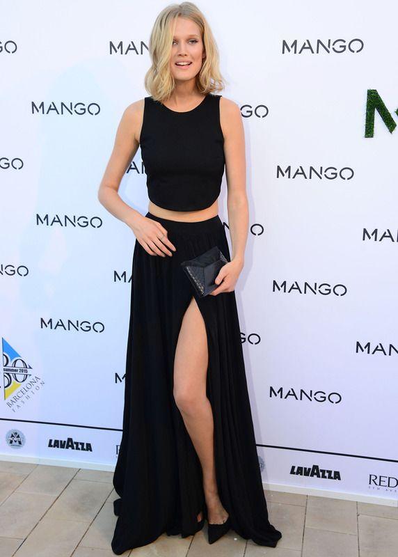 La modelo Toni Garrn también apostó por el negro con una falda larga con abertura, crop top y accesorios del mismo.