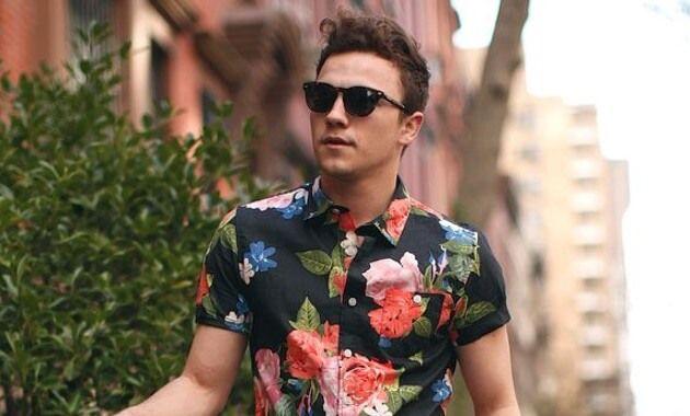 """ボタニカル柄と並んで2015年春夏メンズファッションにおけるトレンドディテールとなったフラワー柄。「花柄は女性向け」なんて時代は終わりを告げたようです。そして特に2015年夏は花柄アイテムが旬に。今回は花柄の着こなしをテーマに紹介していきたいと思います! 花柄の着こなしのコツ ①「花柄アイテムに含まれる色をよく観察、組み合わせるアイテムにその色を入れる」  花柄アイテムには、基本的に多くの色が含まれます。レッド、イエロー、ブルー、グリーンなど花柄の色を観察してその色味を含んだアイテムを組み合わせると着こなしにまとまりが出ます。逆にそれ以外の色を使うと色がばらけてしまいイマイチな着こなしになってしまう上に、花柄なのでとにかく目立つ。悪目立ちコーデになってしまう危険性があります。色の観察は花柄自体はもちろんですが、ベース色も忘れずに。花柄といえどもベースカラーは、白・ネイビー・ブラックなどオーソドックスな色味が多いです。手持ちのアイテムが意外と合わせられることに気がつくことでしょう。 ②「花柄に合わせるアイテム、""""柄モノ""""は避ける」…"""