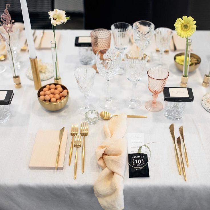 """808 Synes godt om, 6 kommentarer – Johan Bülow (@lakridskongen) på Instagram: """"Lakridskærlighed på bryllupsbordet Smuk borddækning af @atablestory . #lakrids #wedding…"""""""