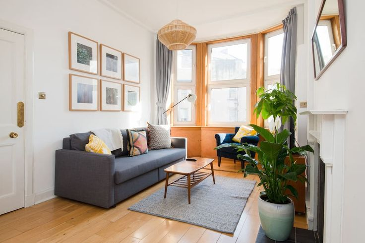 Дом/квартира целиком, Эдинбург, GB. A lovely warm and stylish flat located in the heart of the old town.  Fantastic location. An easy walk to the famous Grassmarket, pubs, restaurants and all the main tourist attractions. It has a very large roof terrace availble to guests with a su...