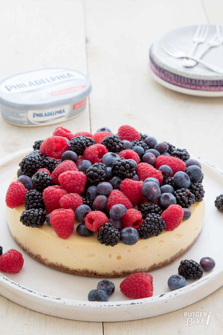 Deze cheesecake is geïnspireerd op de klassieke New-York cheesecake. De taart heb ik afgemaakt met heel veel rood zomerfruit! Superlekker!