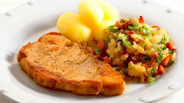 MatPrat - Svinekoteletter med surkål, bacon og persille